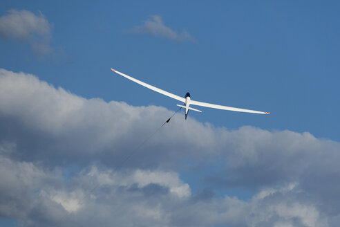 Glider at start in front of clouds - RDF001294