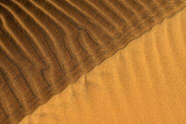 Algeria, Tassili n Ajjer, Sahara, bicoloured sand ripples on a desert dune - ESF001009