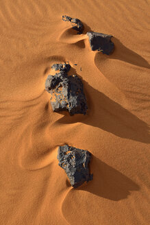 Algeria, Tassili n Ajjer, Sahara, rocks and ripples on a desert dune - ESF001016