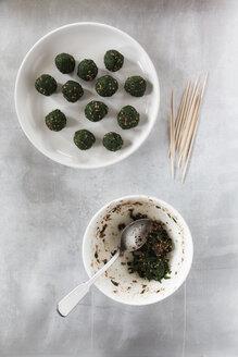 Preparing spinach sesame balls - EVGF000553