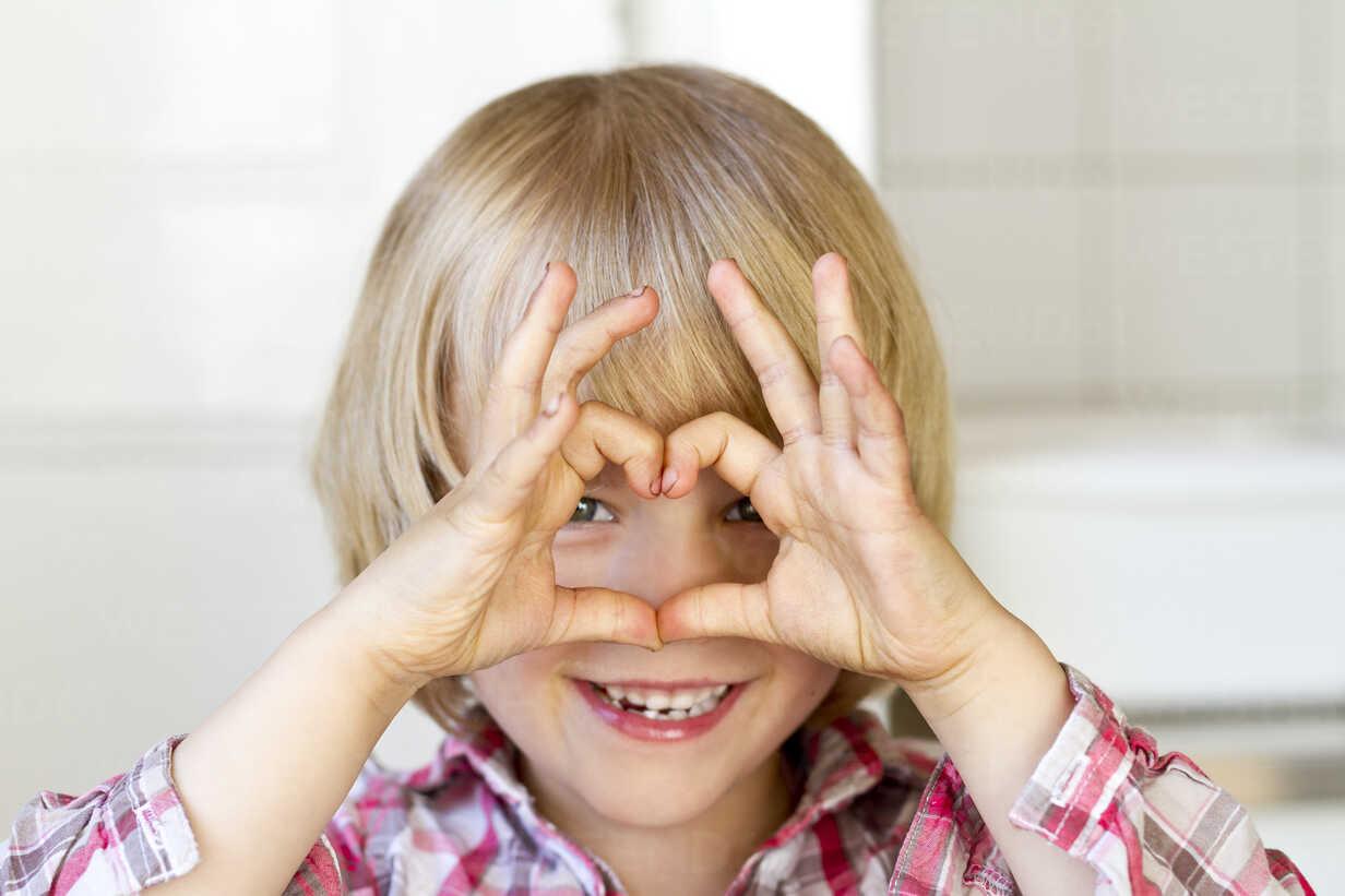 Portrait of little girl shaping heart with fingers - JFEF000390 - Jana Fernow/Westend61