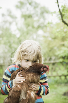 Portrait of little boy with chicken - MJF001104