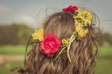 Head of little girl wearing flowers, back view - MJF001123