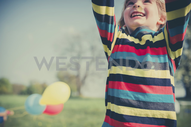 Happy little boy with outstretched arms, partial view - MJF001136 - Jana Mänz/Westend61