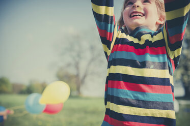 Happy little boy with outstretched arms, partial view - MJF001136