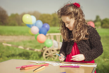 Little girl painting paper crown - MJF001142