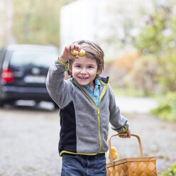 Little boy with basket proudly presenting his found chocolate Easter bunny - ZMF000274