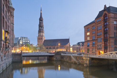 Germany, Hamburg, Bridge and church in Speicherstadt - MSF003864
