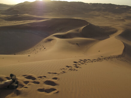 United Arab Emirates, Abu Dhabi, Desert dune, traces in sand - TMF000009