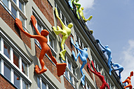 Germany, North Rhine-Westphalia, Duesseldorf, sculptures 'Flossis' climbing at facade of Roggendorf House - MIZ000443