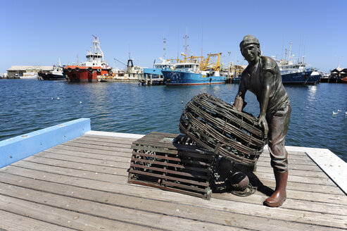 Australia, Perth, Fremantle, fishing boat harbour, statue of a fisherman - MIZ000507