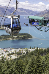 New Zealand, Queenstown, cabin of cable car ans bungee jumper in the air - STD000045