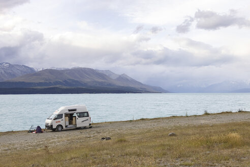 New Zealand, camper at waterside of Lake Pukaki - STD000075