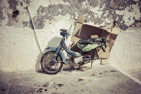Greece, Naxos, old moped - KRPF000517