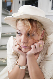 Portrait of frustrated bride with hat - ECF000616