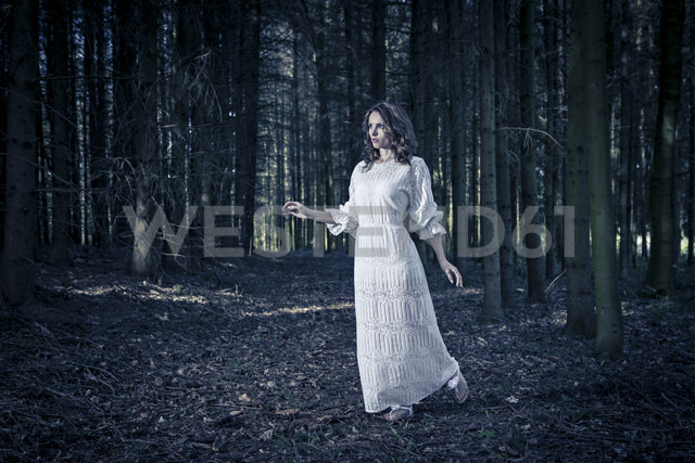 Woman wearing white dress in a forest - VTF000225 - Val Thoermer/Westend61