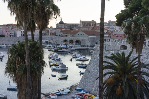 Croatia, Dubrovnik, view to old harbour in the evening - WEF000074