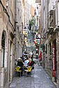 Croatia, Dubrovnik, pavement cafe in narrow alley - WE000084