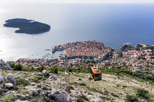 Croatia, Dubrovnik, cabin of cable car in front of historic old city, elevated view - WE000088