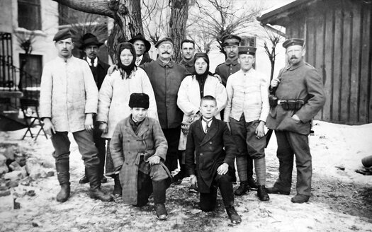 Ukraine, historical group picture on a farm from beginn of 20th century - HOH000794