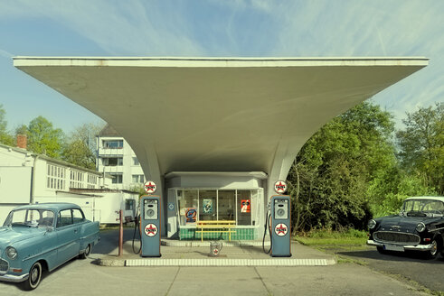 Germany, Lower Saxony, Hannover, petrol station and two vintage cars of Fifties - KLR000062