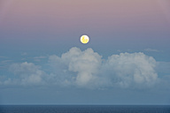 Australia, New South Wales, Byron Bay, full moon and clouds over the sea - SHF001287