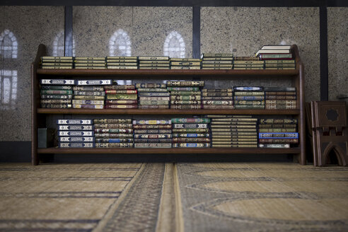 Egypt, Hurghada, shelf with books in the El Mina Mosque - STD000091