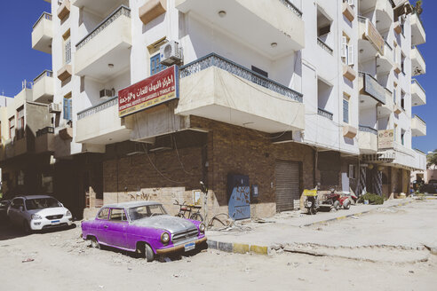 Egypt, Hurghada, oldtimer parking in front of new multi-family house - STD000097
