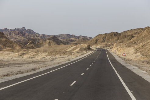 Egypt, Hurghada, view of empty country road at landscape - STDF000099