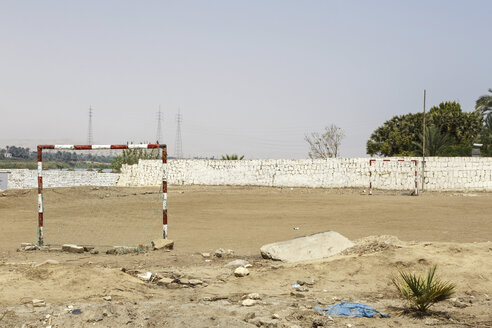 Egypt, Luxor, view to empty soccer field - STDF000112
