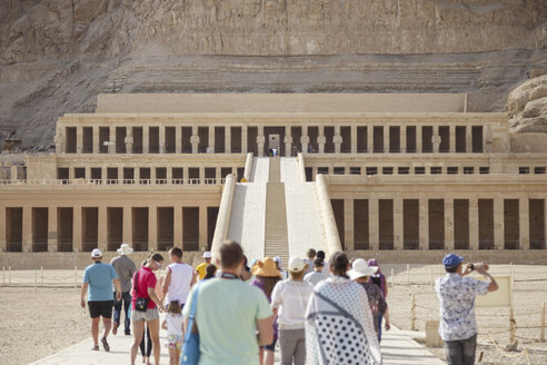 Egypt, Luxor, Thebes, group of tourists in front of Hatshepsut's mortuary temple - STD000089