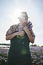 Germany, Hesse, Lampertheim, senior farmer harvesting chives, Allium schoenoprasum - UUF000592
