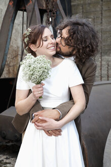 Portrait of bridal couple with bridal bouquet - ND000466