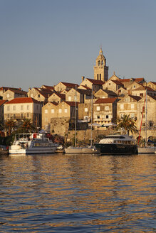 Croatia, Dubrovnik-Neretva, Korcula Island, Korcula, Cityscape and harbour in the evening - GF000493
