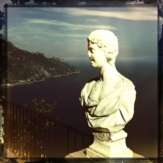 Italy, Campania, Amalfi Coast, Ravello, Villa Cimbrone, Terrazza dell Infinito, marble bust - STE000023