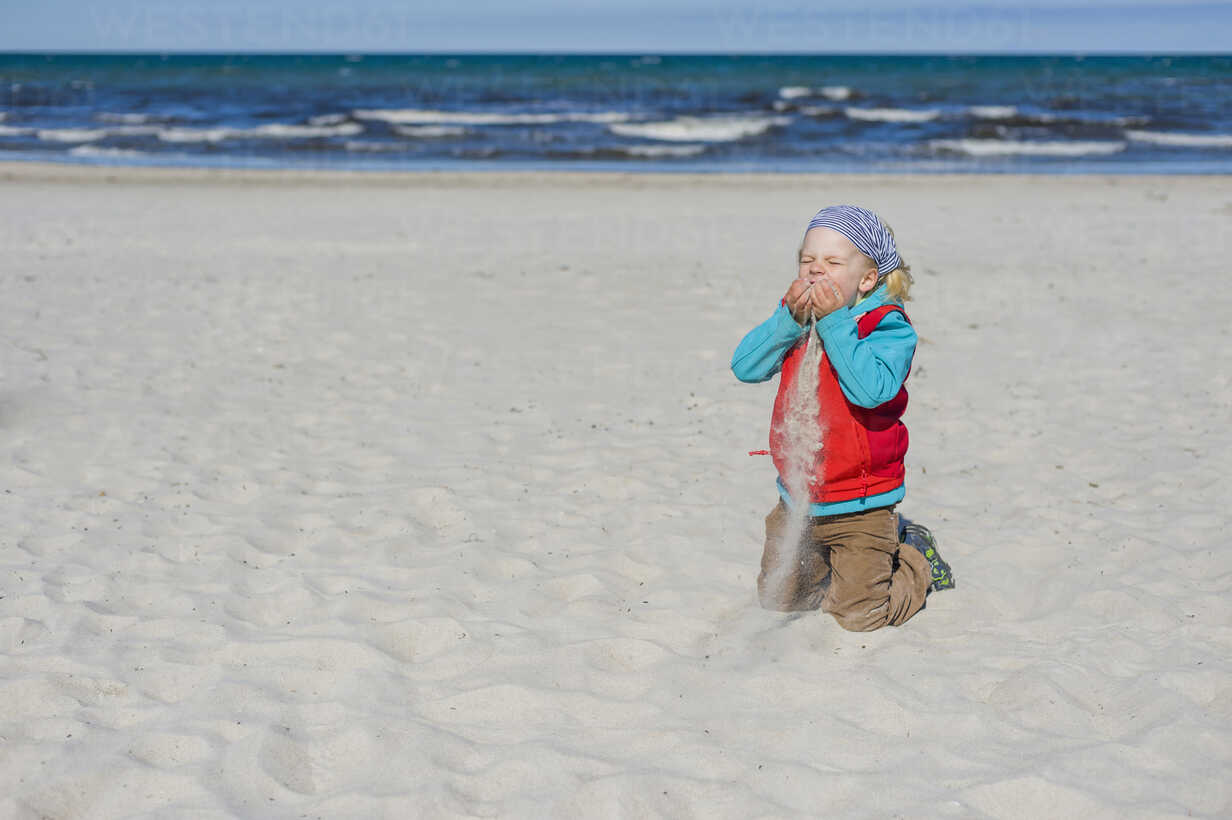 Germany, Mecklenburg-Western Pomerania, Ruegen, Schaabe, Boy on sandy beach - MJF001228 - Jana Mänz/Westend61