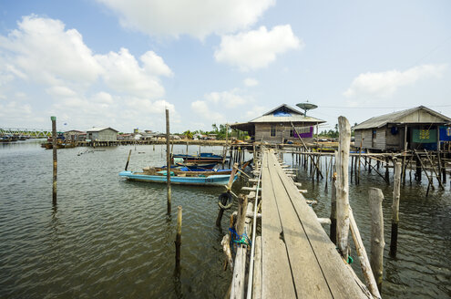 Indonesia, Riau Islands, Bintan Island, Fishing village, Wooden boardwalk, Wooden huts and fishing boats - THAF000395