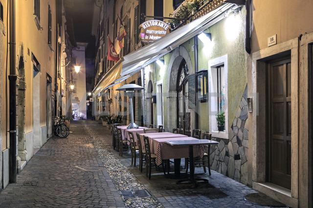 Italy, Trentino-Alto Adige, Riva del Garda, Restaurant by night - VT000233 - Val Thoermer/Westend61