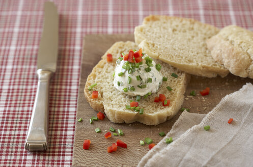 Slice of home-made yeast bread with cream cheese ball with chives and red bell pepper - SABF000010