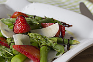 Green asparagus, strawberries, rocket and Parmesan - YFF000150