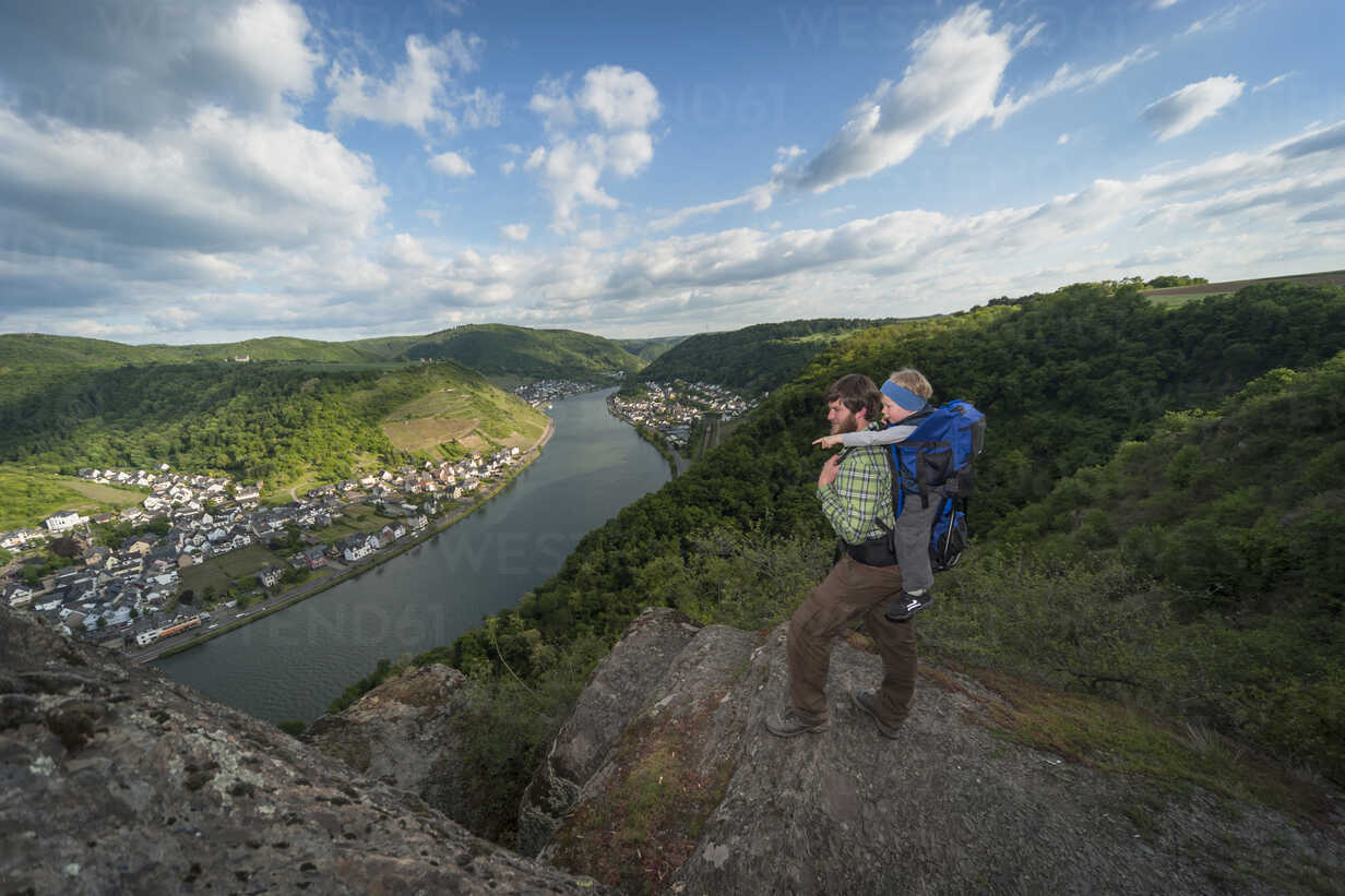 Germany, Rhineland-Palatinate, Moselsteig, father and his little son looking at view - PA000693 - Andreas Pacek/Westend61