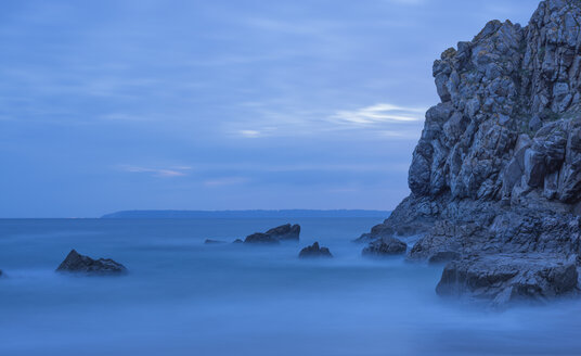 France, Bretagne, Cap Sizun, rocks in Atlantic Ocean, long exposure - JBF000120
