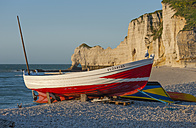 France, Normandie, Etretat, fishing boat at Etretat beach - JB000095