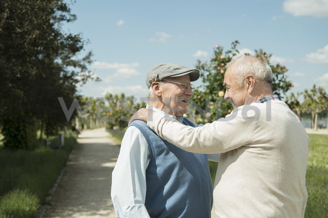Two happy old men standing face to face in the park - UUF000693 - Uwe Umstätter/Westend61