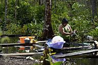Brazil, Mato Grosso, Primavera do Leste,  Tres Rios, Xavantes-Amerindian woman cleaning dishes at brook - FLK000197