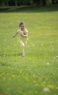 Little girl running on meadow with blowballs in the hand - MW000050
