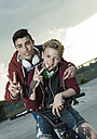 Two boys with BMX bike and headphones - UUF000798