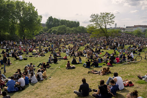 Germany, Berlin, Kreuzberg, crowd relaxing at Goerlitzer Park on May day - TK000349