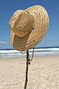 Australia, New South Wales, Byron Bay, Broken Head nature reserve, straw hat on stick on beach - SHF001363