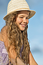 Australia, New South Wales, Pottsville, smiling girl wearing summer hat - SHF001370